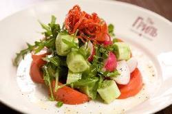 Salat Ovoschnoy - Ensalada de Tomates y Pepinos Con Nata Acida